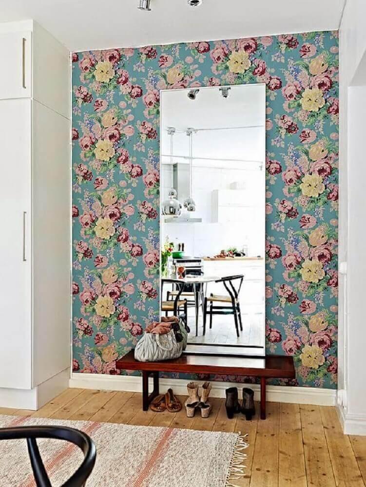 hall de entrada decorado com papel de parede floral e espelho grande de parede Foto Decor & Home Organizer