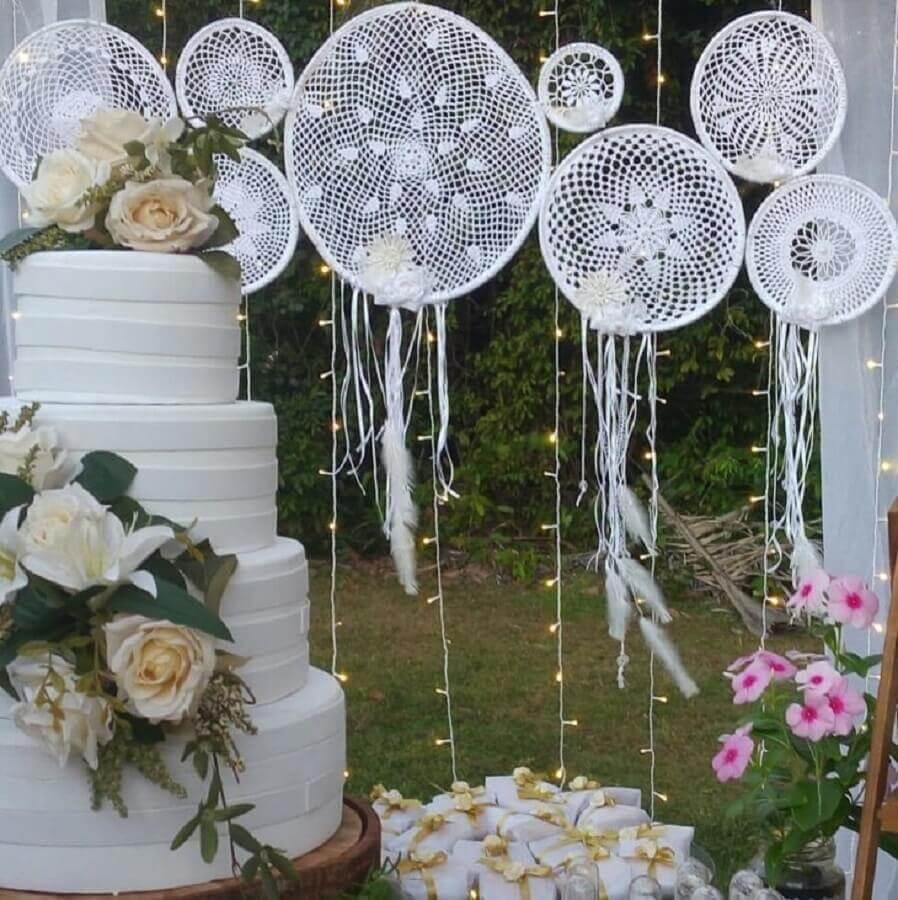 mesa de casamento decorada com bolo quatro andares e filtros dos sonhos branco Foto Amor de Benedita-Mimos