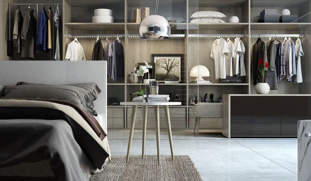 modelo de quarto com closet amplo com divisória de vidro Foto Criart - Móveis Sobmedida