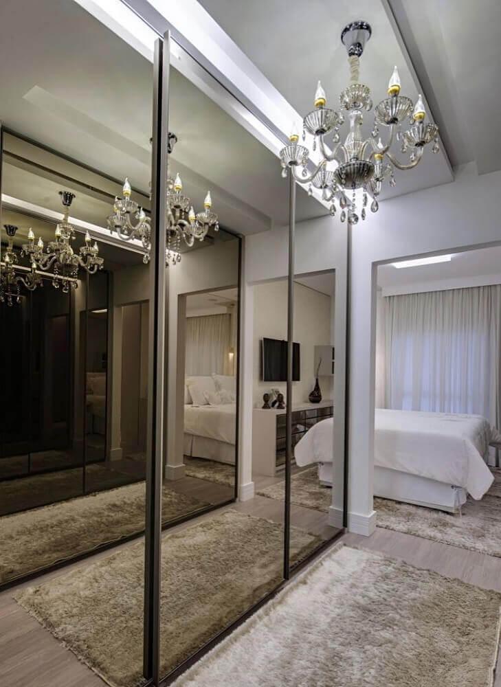 modelo de quarto com closet com portas espelhadas de correr Foto Pinterest