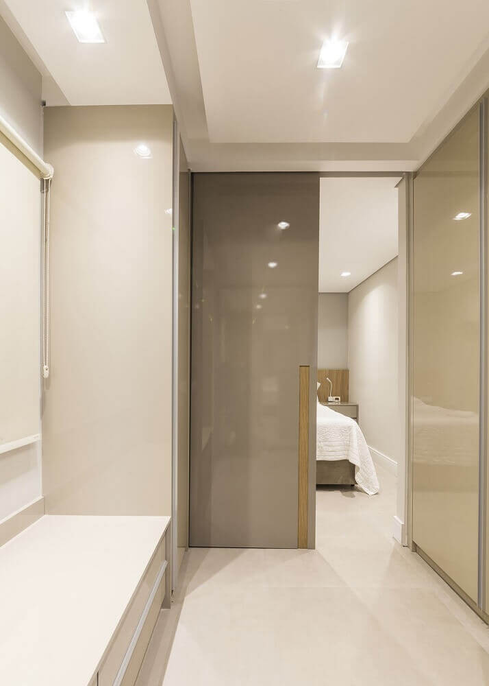 modelo de quarto com closet decorado em tons neutros Foto Lívia Cavalca