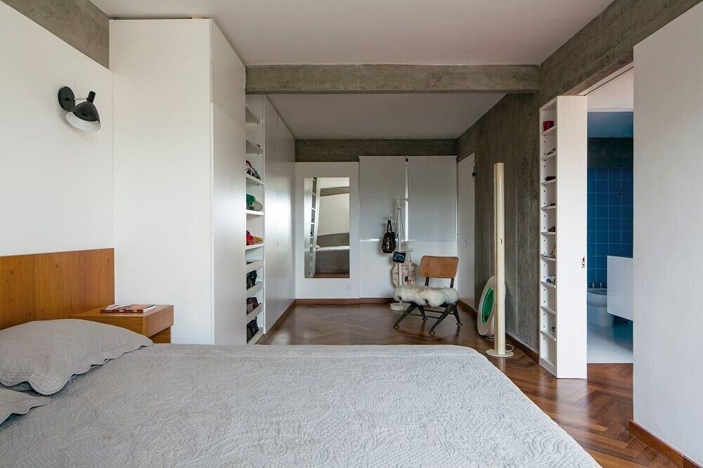 modelo de quarto com closet e parede de cimento queimado Foto ArchDaily