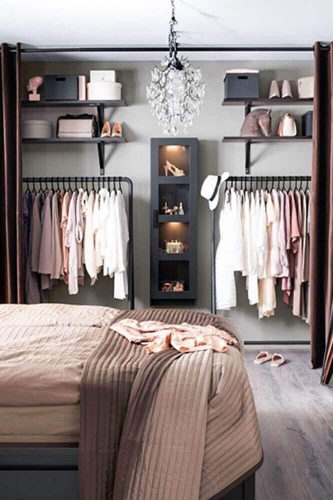 modelo de quarto com closet pequeno decorado em tons de rosa e cinza Foto RunmeHome
