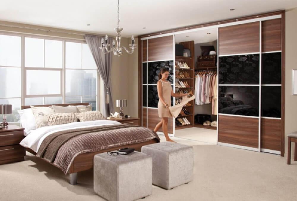 modelo de quarto de casal com closet decorado com pendente sobre a cama e portas de correr Foto Yandex