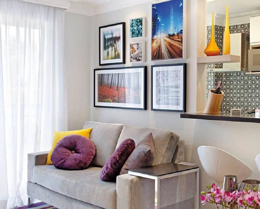 modelo de sofá para sala pequena decorada com vários quadros na parede Foto Viajando no Apê
