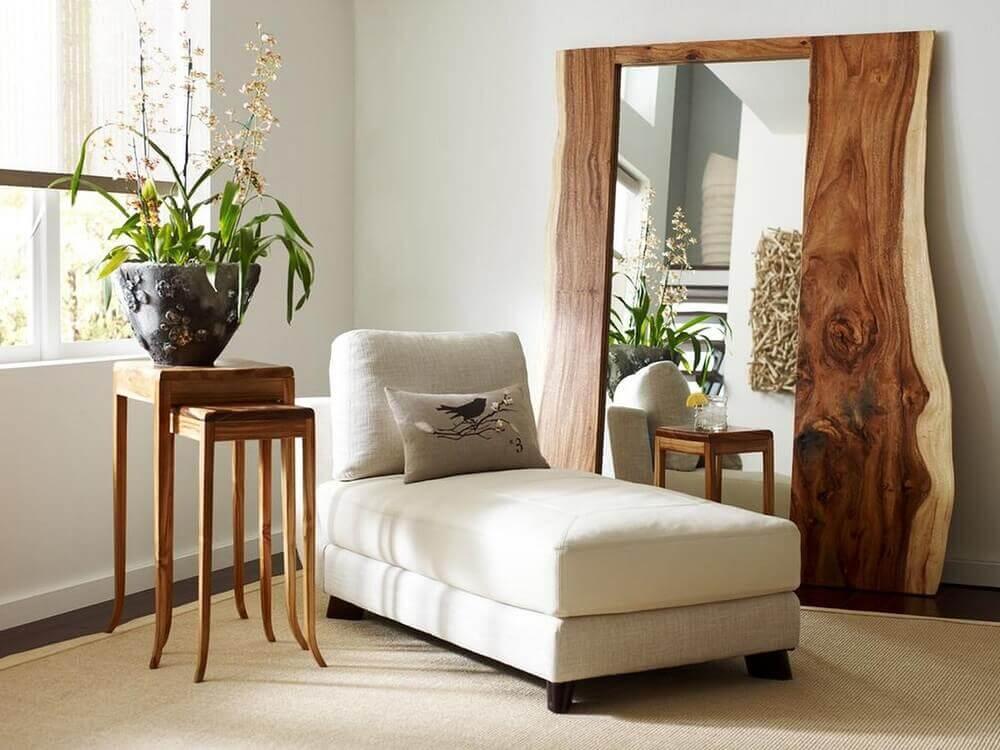 modelo diferente de espelho grande com moldura de madeira Foto Emily Garrison