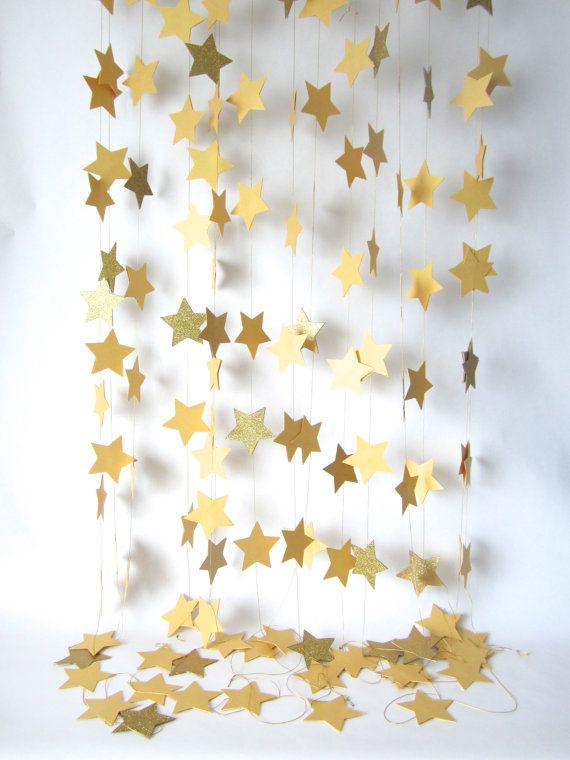 Painel de natal feito com estrelas douradas