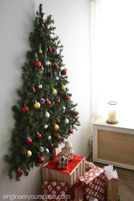 Painel de natal feito com árvore na parede