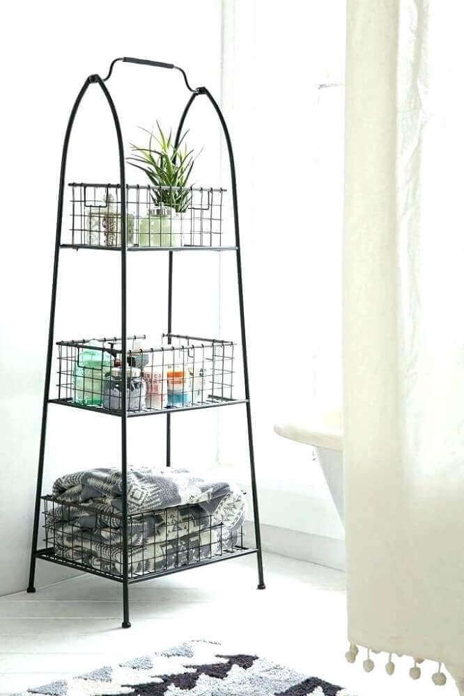 pequena estante com cesto aramado Foto Mozano