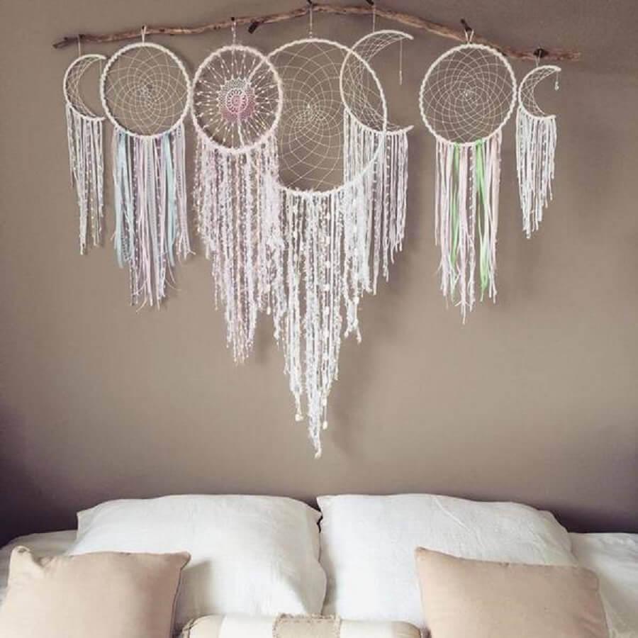 quarto decorado com filtros dos sonhos branco na cabeceira da cama Foto Arteblog