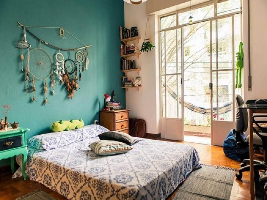 quarto hippie decorado com parede verde e filtro dos sonhos Foto Estúdio Cicada