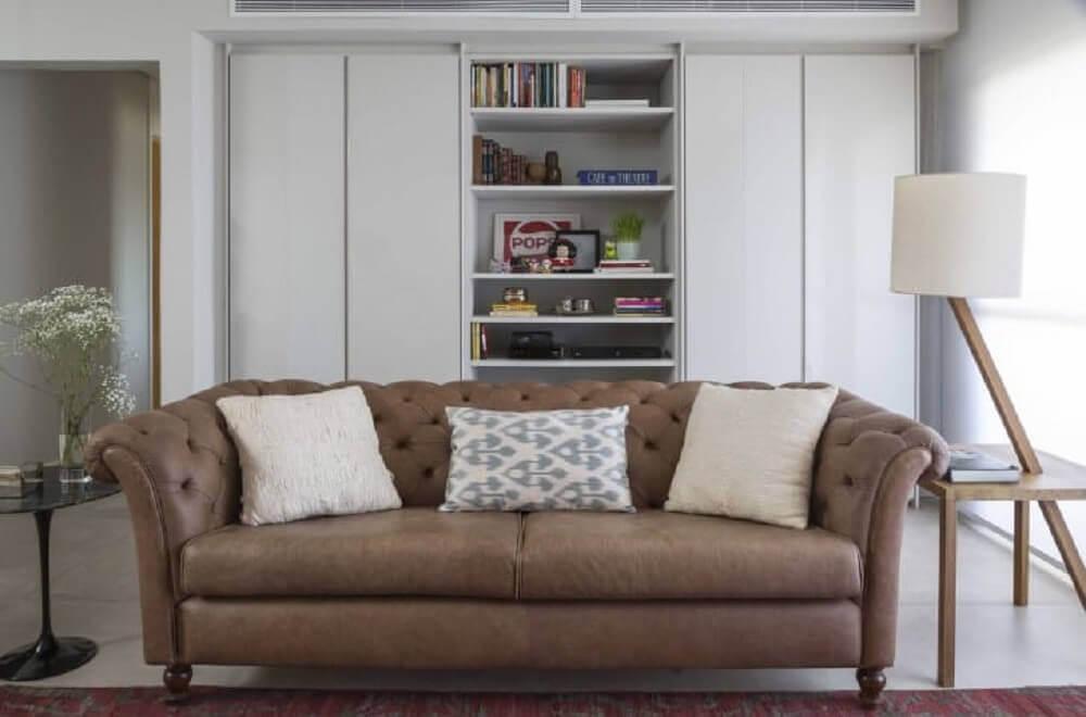 sofá para sala pequena com acabamento capitonê Foto Ana Yoshida