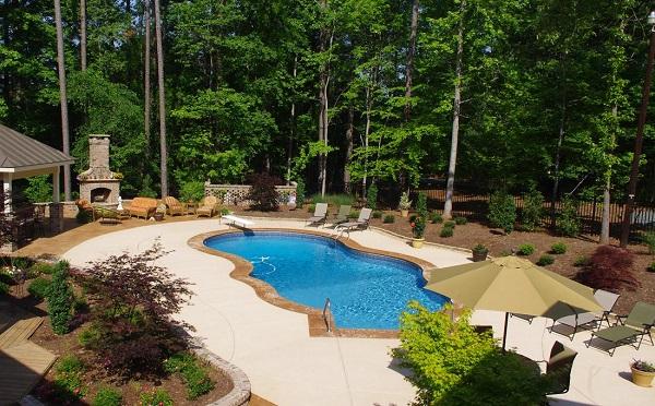 Área de lazer com piscina e churrasqueira