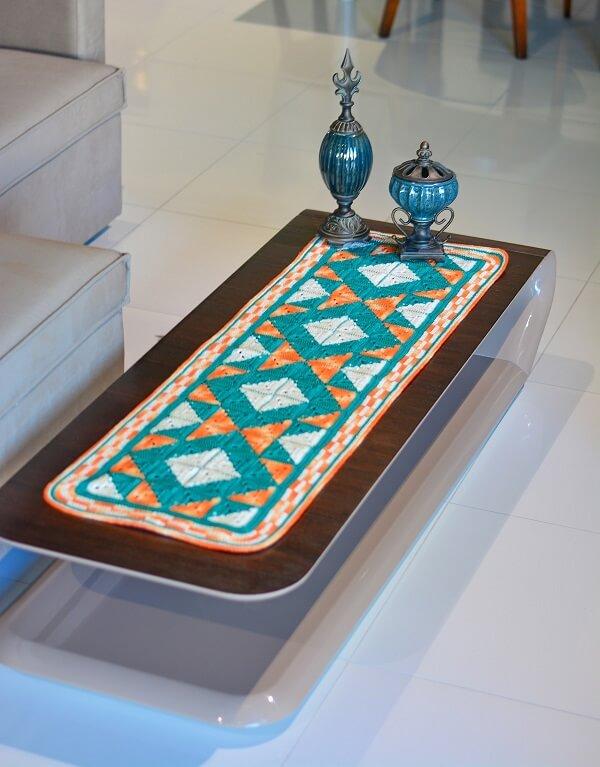 A passadeira de crochê pode enfeitar mesas