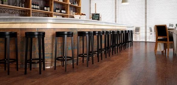 Bar com piso vinílico de madeira avermelhado Foto de Duratex Madeira