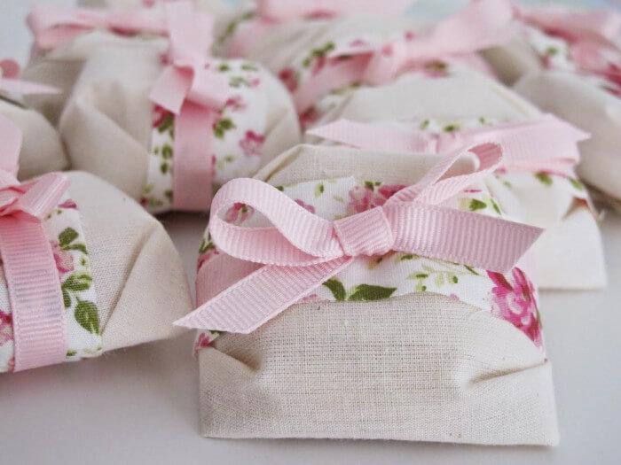 Bem casados com embalagem florida como lembrancinhas de casamento Foto de Casamentos
