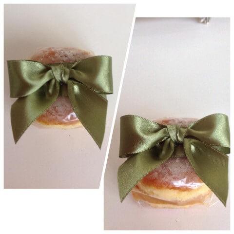 Bem casados com embalagem transparente e laço verde como lembrancinhas de casamento Foto de Guia Noiva Online