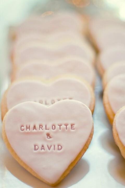 Biscoitinhos com os nomes dos noivos como lembrancinhas de casamento Foto de A Glam Lifestyle