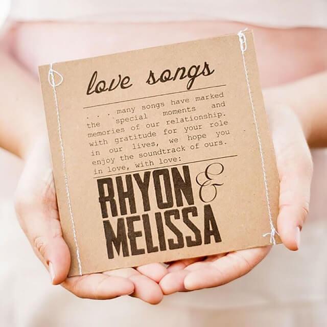 CD com músicas do casal como lembrancinhas de casamento Foto de Place du Marriage