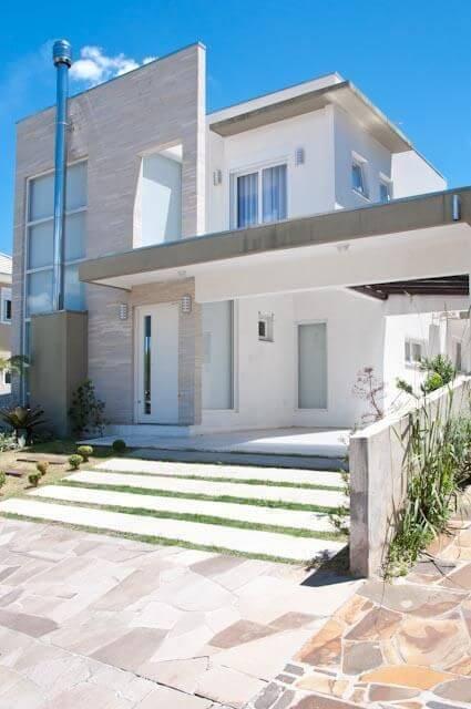 Casa duplex clara com fachada moderna com pedra Projeto de Marcos Biazus