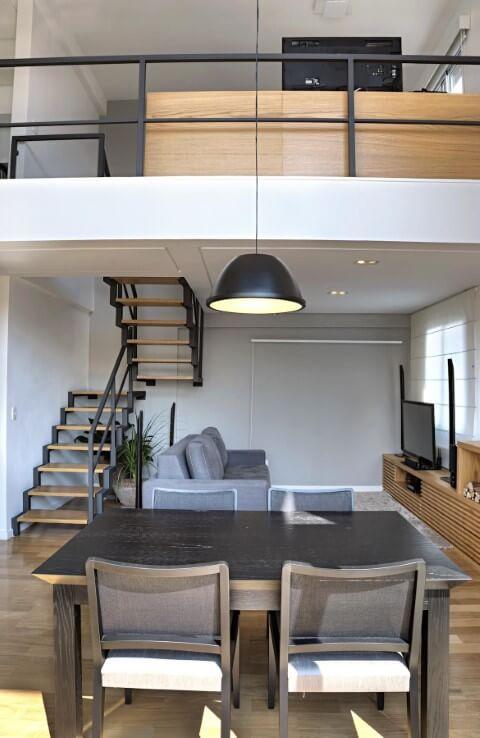Casa duplex com sala de estar embaixo e quarto em cima Projeto de Studio Scatena