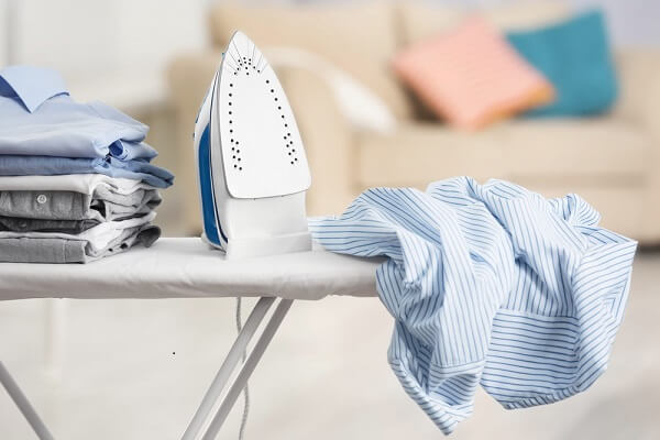 Como limpar ferro de passar para evitar acidentes