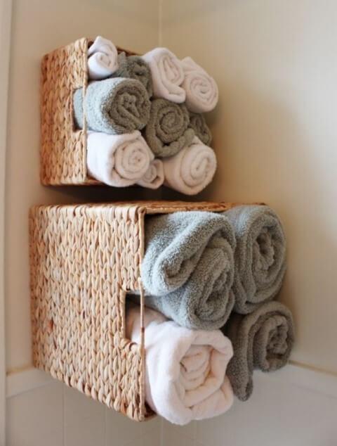 Como organizar a casa com toalhas enroladas no banheiro Foto de Wall