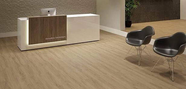 Consultório com piso vinílico de madeira clara Foto de Duratex Madeira
