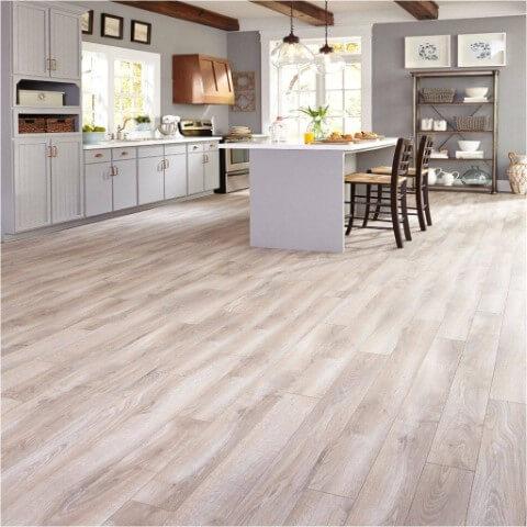 Cozinha aberta com piso vinílico claro combinando com a decoração Foto de Best Flooring Ideas