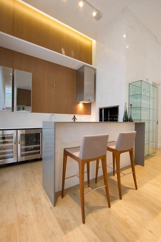 Cozinha americana com cristaleira moderna de vidro Projeto de Studio Kza