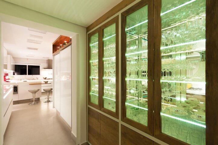 Cozinha com cristaleira moderna de madeira com espelho dentro Projeto de Enzo Sobocinski