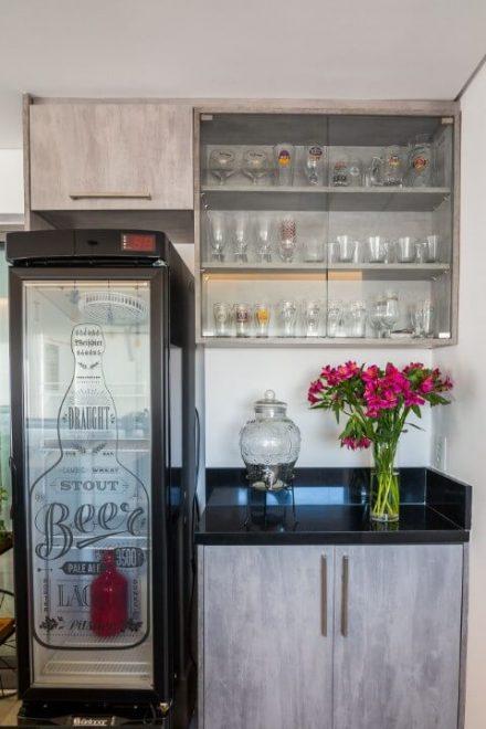 Cozinha com cristaleira moderna suspensa embutida no armário planejado Projeto de Sabrina Tironi