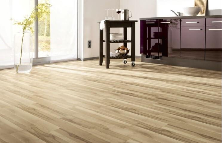 Cozinha com piso vinílico claro e móvel roxo Foto de Diseno y Color