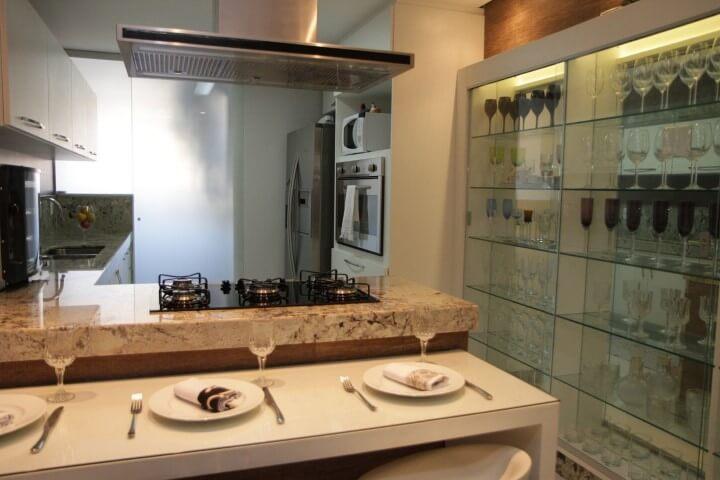 Cozinha gourmet com cristaleira moderna com espelho dentro Projeto de Karen Pelegrini Luz