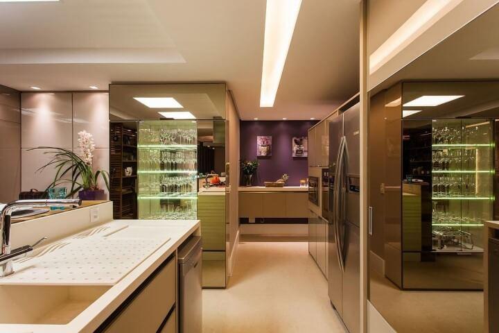 Cozinha planejada com cristaleira moderna de vidro e espelho Projeto de Juliana Pippi