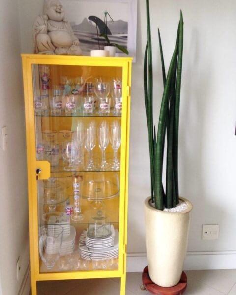 Cristaleira moderna amarela Foto de Fulana Guaçú