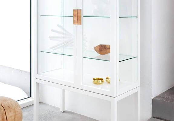 Cristaleira moderna branca com portas de vidro Foto de ArchiExpo