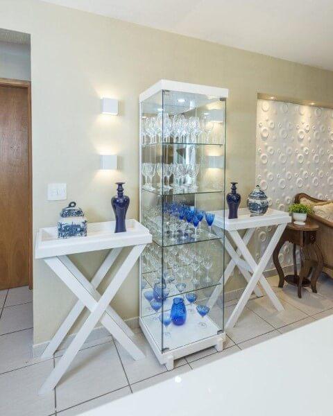 Cristaleira moderna branca com portas de vidro e mesas brancas combinando Foto de Renove Projetos