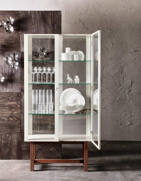 Cristaleira moderna branca de vidro com pés de madeira Foto de Klimat Domu