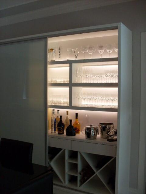 Cristaleira moderna com porta de correr Projeto de Katia Pimenta