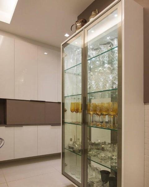Cristaleira moderna com portas de vidro e taças dentro Foto de Fábrica Arquitetura
