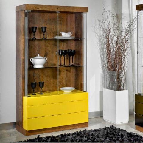 Cristaleira moderna de madeira com portas de vidro e gavetas amarelas Foto de Eu Decoro