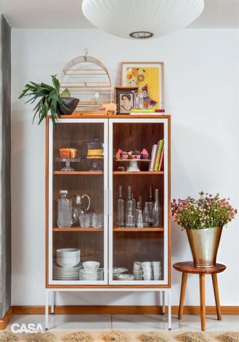 Cristaleira moderna de madeira com portas e pés brancos Foto de Casa