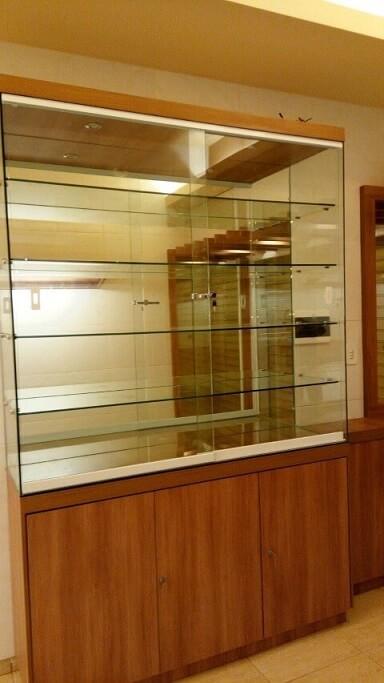 Cristaleira moderna de madeira com prateleiras de vidro Projeto de Aurélio Abreu
