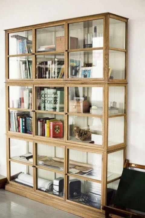Cristaleira moderna de madeira e vidro Foto de Jutarnji List