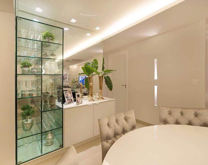 Cristaleira moderna de vidro com taças e plantas Foto de FM Arquitetura
