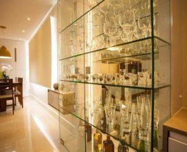 Cristaleira moderna de vidro e espelho Foto de Graça Brenner