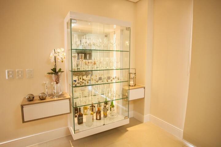 Cristaleira moderna de vidro em sala de jantar Projeto de Graça Brenner