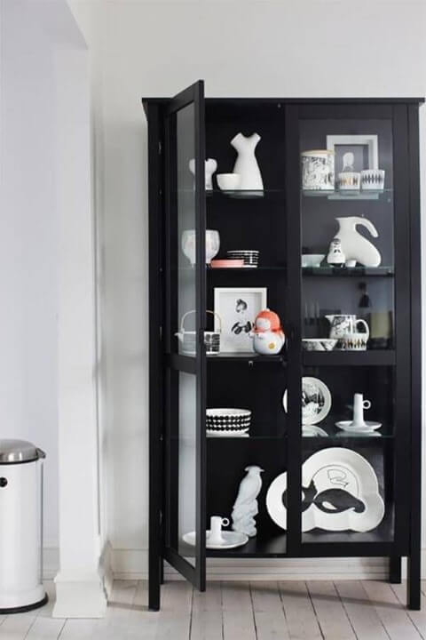 Cristaleira moderna preta com objetos de decoração dentro Foto de Pinterest