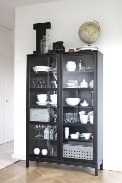 Cristaleira moderna preta com porta de vidro Foto de Jutarnji List